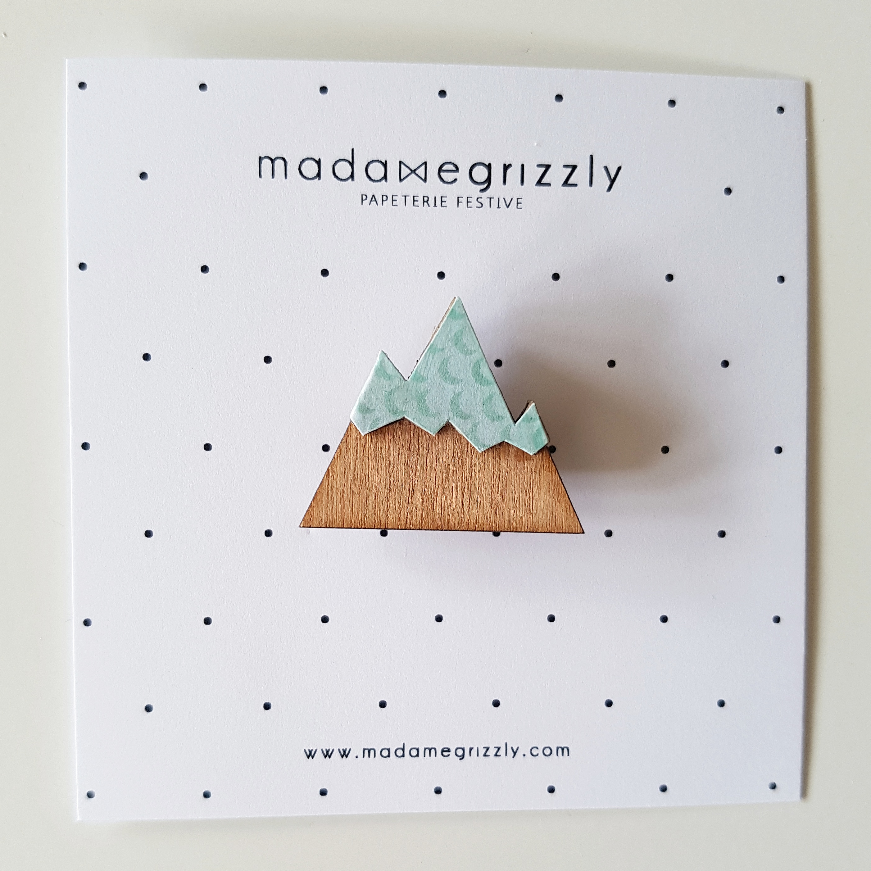 Madame-Grizzly-broche-montagne-lune-vert